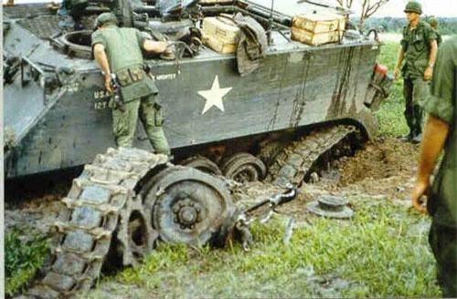 """Trên chiến trường Việt Nam, thiết giáp chở quân M113 là một trong những loại """"ngựa thồ"""" chủ lực được quân đội Mỹ sử dụng, tuy nhiên đây lại là loại thiết giáp khiến binh lính Mỹ phàn nàn nhiều nhất vì nó quá khó xoay sở trên chiến trường và dễ bị tổn thương bởi hỏa lực của quân giải phóng. Nguồn ảnh: Pinterest."""