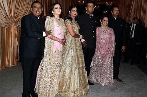 Vợ chồng tỷ phú Mukesh Ambani (trái) và vợ chồng doanh nhân Ajay Piramal (phải) trong tiệc cưới của hai đứa con họ là Isha Ambani và Anand Piramal (giữa) vào tháng 12/2018. Ảnh: Bloombeg.