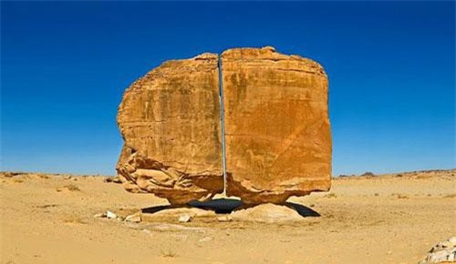 Năm 1883, nhà khảo cổ Charles Huver phát hiện ra khối đá với 1 vết cắt nhẵn nhụi chính giữa, giống như thể được cắt bằng tia laser của công nghệ hiện đại.