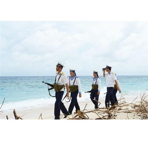 """Ngày 9/2/2007, BCH TƯ khóa 10 ban hành Nghị quyết về """"Chiến lược biển Việt Nam đến năm 2020"""" với mục tiêu tổng quát, đưa nước ta trở thành quốc gia mạnh về biển, làm giàu từ biển, bảo vệ vững chắc chủ quyền, quyền chủ quyền quốc gia trên biển, đảo trong sự nghiệp công nghiệp hóa, hiện đại hóa đất nước. Cụ thể hoá các mục tiêu này trong lĩnh vực an ninh-quốc phòng, Đảng và nhà nước đã ban hành nhiều văn bản để quản lý, bảo vệ chủ quyền, an ninh biên giới, vùng biển đảo của Tổ quốc, giữ gìn an ninh trật tự trên khu vực biên giới biển. Qua 10 năm triển khai, Chiến lược biển giúp Việt Nam đạt được các thành tựu quan trọng. Nguồn ảnh: Báo Gia Lai"""
