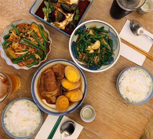 """Được biết, bữa cơm gia đình này cũng do một tay ông xã Phan Như Thảo đi chợ, chuẩn bị. Không ít người đã phải xuýt xoa vì ghen tị với cô nàng, cho rằng Phan Như Thảo """"cướp hết phúc phần thiên hạ"""" mới có được ông chồng tuyệt vời như thế."""
