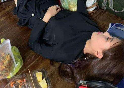 Thúy Diễm nằm ngủ vẫn ôm khư khư bịch đồ ăn