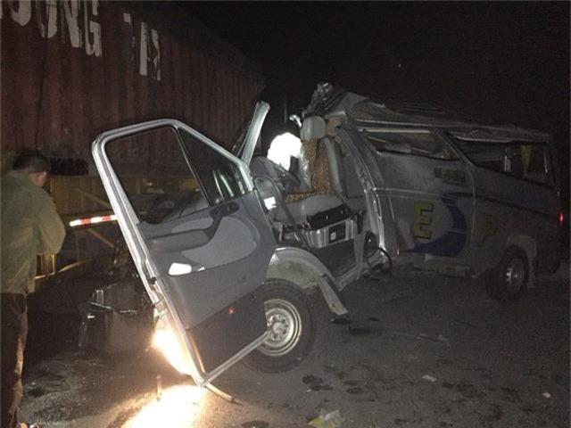 Xe khách húc đuôi xe container, 16 người bị thương - Ảnh 1.