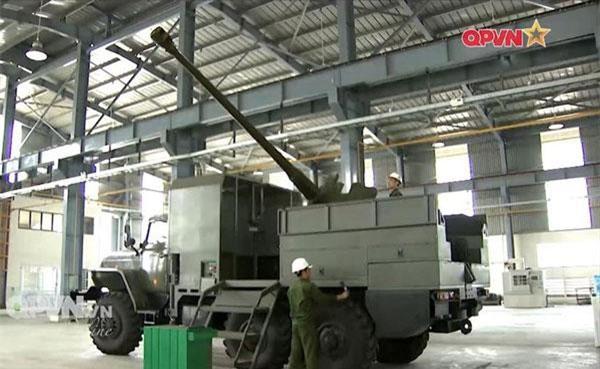 Mới đây, kênh truyền hình Quốc phòng Việt Nam đã cho đăng tải hình ảnh mới nhất về khẩu pháo tự hành do Xí nghiệp Liên hợp Z751 tự nghiên cứu và chế tạo. Đây là cơ cấu pháo tự hành bao gồm một khẩu pháo D-44 cỡ nòng 85mm đặt trên khung gầm xe tải Ural để tăng độ cơ động trong tác chiến. Nguồn ảnh: QPVN.