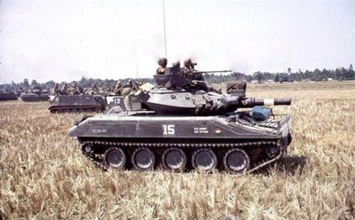 Ngoài M41 Bulldog, M48 Patton, trong chiến tranh Việt Nam, Quân đội Mỹ còn triển khai thêm vài loại xe tăng đặc biệt, trong đó nổi bật lên là M551 Sheridan. Đó là một trong những loại xe tăng hạng nhẹ hiện đại nhất lúc bấy giờ của Quân đội Mỹ. Không một thế hệ tăng hạng nhẹ nào của Liên Xô (Nga) sánh được. Nguồn ảnh: Pinterest
