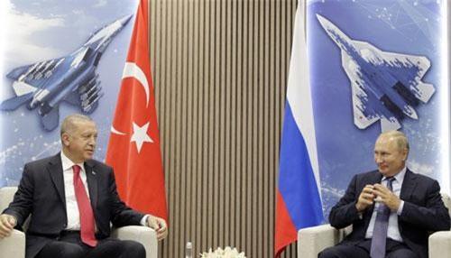 Tổng thống Nga Vladimir Putin (phải) và Tổng thống Thổ Nhĩ Kỳ Tayyip Erdogan. (Ảnh: TASS)
