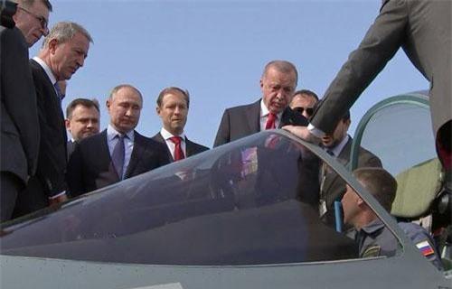 Tổng thống Putin và Tổng thống Erdogan quan sát buồng lái của Su-57 (Ảnh: RT)