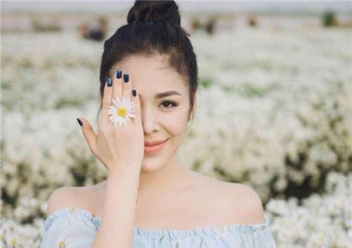 Bạn gái Anh Vũ - Thu Hằng - sở hữu ngoại hình gợi cảm.