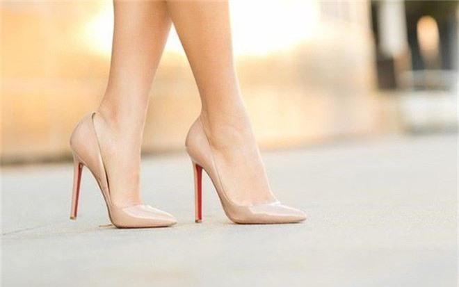 Đi giày cao lênh khênh tới 12cm thời bầu bí, Lan Khuê khiến fan lo lắng vì sợ ảnh hưởng tới sức khỏe - Ảnh 3.