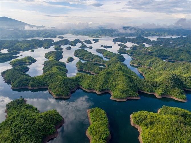 Khu du lịch sinh thái văn hóa Tà Đùng (xã Đắk Som, Đắk Glong), được mệnh danh là Vịnh Hạ Long của tây Nguyên (Ảnh: TL)