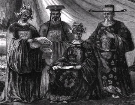 """3. Tên húy của vị vua bị bỏ đói sau 3 ngày lên ngôi là gì? Vua Dục Đức (1852-1883) có tên húy là Nguyễn Phúc Ưng Ái. Ông lên ngôi vua ngày 20 tháng 7 năm 1883, nhưng tại vị chỉ được 3 ngày. Theo sách """"Đại Nam chính biên liệt truyện"""" thì Nguyễn Phúc Ưng Ái sinh ngày 23 tháng 2 năm 1852 tại Huế, là con thứ 2 của Thoại Thái vương Nguyễn Phúc Hồng Y và bà Trần Thị Nga."""