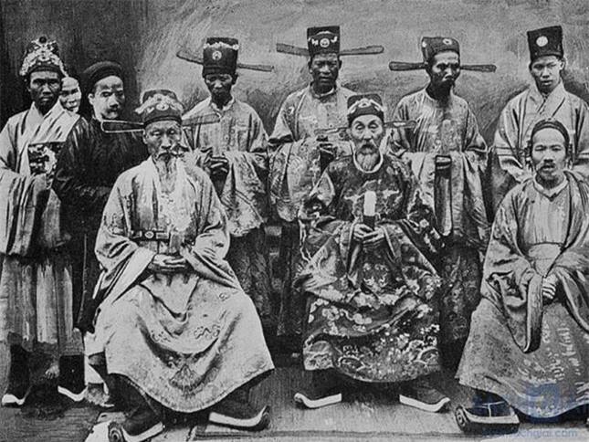 2. Ông là vị vua của triều đại nào? Ông là vị vua của triều đình nhà Nguyễn. Trong số 13 vị vua của nhà Nguyễn, vua Dục Đức là người có thời gian tại vị ngắn nhất (chỉ có 3 ngày).