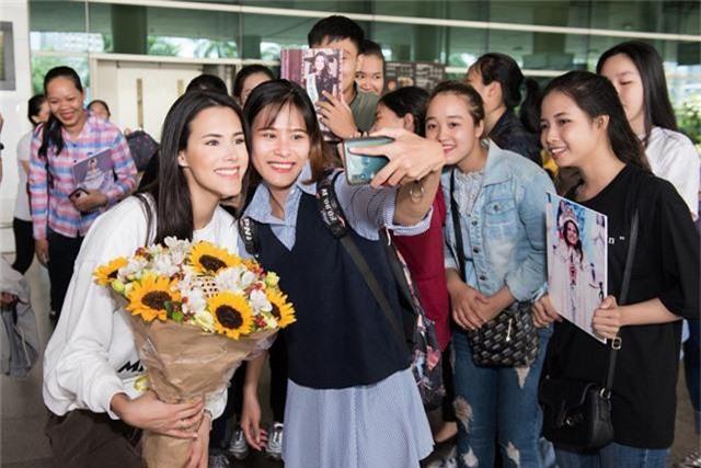"""Đến Việt Nam, Hoa hậu Quốc tế 2018 mặc giản dị vẫn """"gây náo loạn"""" sân bay - Ảnh 9."""