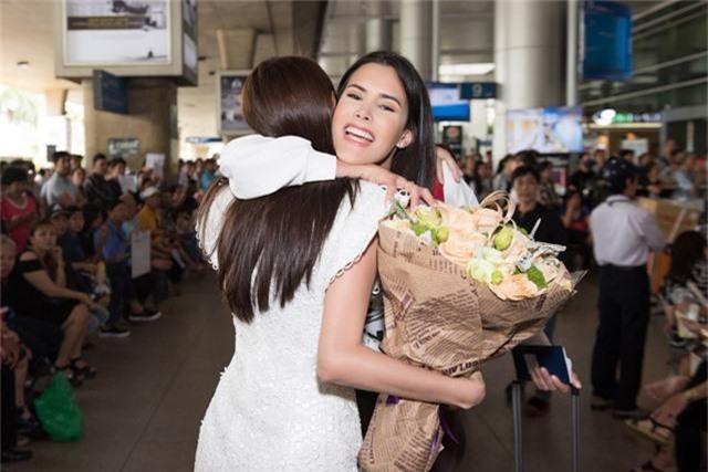 """Đến Việt Nam, Hoa hậu Quốc tế 2018 mặc giản dị vẫn """"gây náo loạn"""" sân bay - Ảnh 3."""