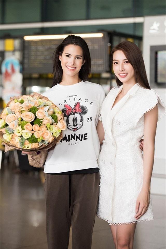 """Đến Việt Nam, Hoa hậu Quốc tế 2018 mặc giản dị vẫn """"gây náo loạn"""" sân bay - Ảnh 4."""
