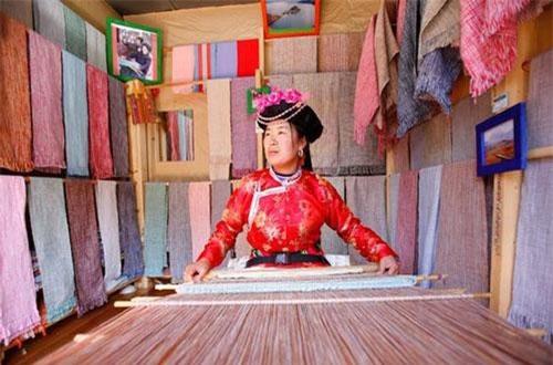 Người phụ nữ Mosuo dệt vải ở Lệ Giang, Trung Quốc.
