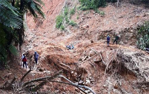 Di dời khẩn cấp 20 hộ dân ở bản Mùa Xuân, xã Sơn Thủy, huyện Quan Sơn trước nguy cơ cao xảy ra sạt lở đất.