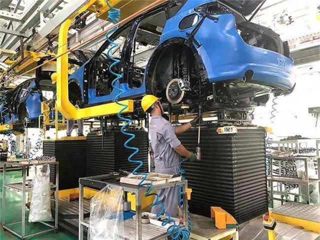 Thứ trưởng Bộ Công Thương Đỗ Thắng Hải cho hay, Bộ sẽ đề xuất giảm thuế với linh kiện làm được trong nước. (Ảnh: AFP/Manan Vatsyayana)