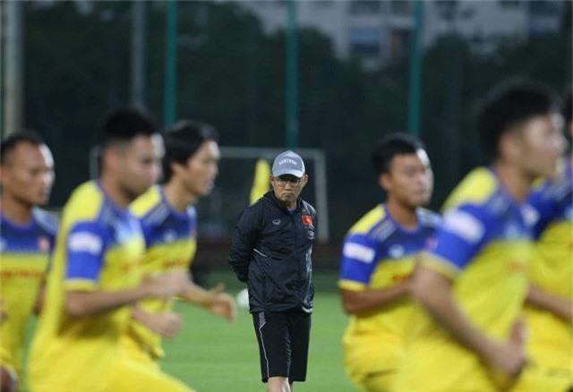 Bất chấp mưa giông, ĐT Việt Nam vẫn tích cực tập luyện - Ảnh 2.