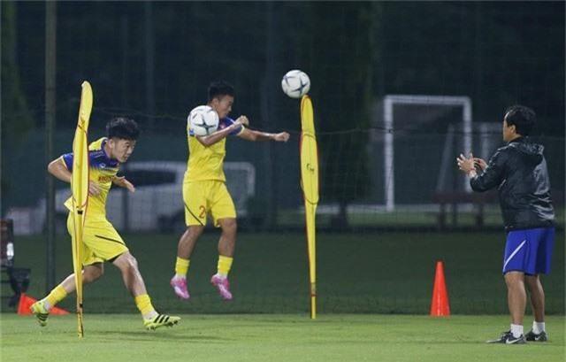Bất chấp mưa giông, ĐT Việt Nam vẫn tích cực tập luyện - Ảnh 4.