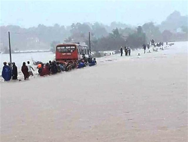 Ô tô chở 60 nữ công nhân liều mạng vượt dòng nước lũ - 2
