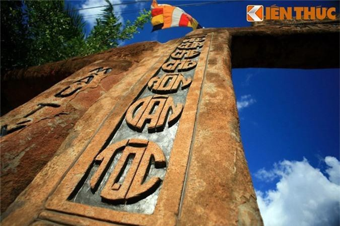 Tan muc ngoi chua xay bang vat lieu la doc nhat VIet Nam-Hinh-11