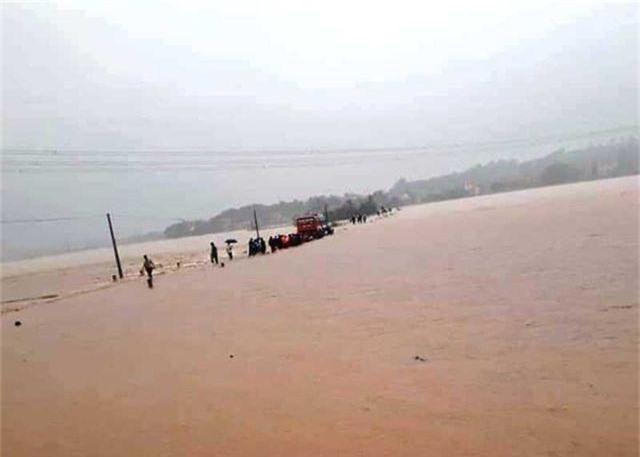 Di dời khẩn cấp hàng chục hộ dân trước nguy cơ sạt lở đất sau bão số 4 - 5