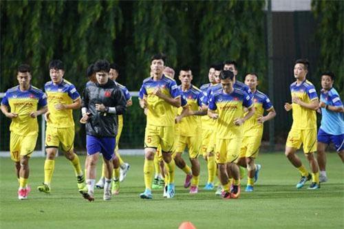Các tuyển thủ Việt Nam tích cực tập luyện chuẩn bị cho trận gặp Thái Lan.