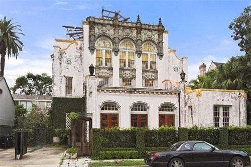 Căn biệt thự nằm tại khu Garden District thơ mộng, trong lành của New Orleans, được Jay-Z và Beyonce mua vào tháng 5/2015 với giá 2,6 triệu USD. Đây chỉ là một trong số hàng loạt bất động sản trải khắp nước Mỹ của cặp vợ chồng tỷ USD này.