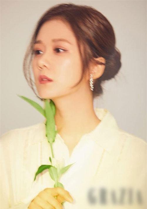Mới đây, Jang Nara trở lại với tư cách mẫu ảnh trên một tạp chí. Vẻ đẹp trẻ trung của ngôi sao U40 khiến cư dân mạng một lần nữa kinh ngạc.