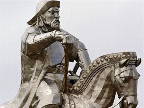 Thành Cát Tư Hãn đánh giá cao lòng trung thành, tình anh em chiến hữu và thăng chức cho tướng sĩ dựa trên công lao chứ không phải địa vị. Tài cầm quân xuất chúng củaThành Cát Tư Hãn được giới quân sự đánh giá cao.