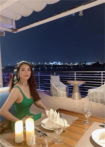 U50 Truong Ngoc Anh khoe duong cong goi cam, gai con son cung