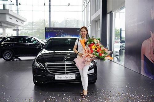 Sau nam diễn viên Nguyễn Quốc Trường được biết đến nhiều qua vai Vũ trong bộ phim truyền hình đình đám Về Nhà Đi Con, đến lượt nữ ca sỹ Giang Hồng Ngọc trở thành gương mặt mới của câu lạc bộ những người nổi tiếng dùng xe sang Mercedes-Benz E-Class tại Việt Nam.