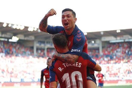 Các cầu thủ Osasuna ăn mừng bàn thắng.