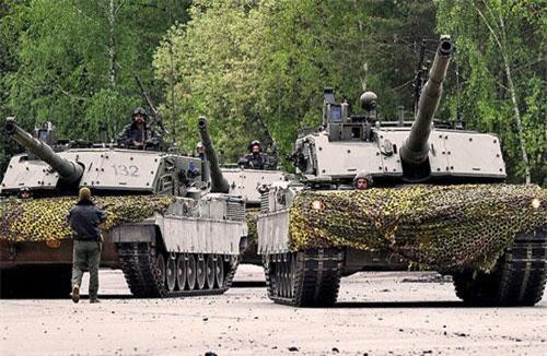 Theo tạp chí Jane's 360, lực lượng quân sự NATO hiện diện tại Cộng hòa Latvia - quốc gia Liên Xô (cũ) có đường biên giới chung với Liên bang Nga lại được tăng cường. Đáng chú ý, ngoài binh sĩ và xe tăng Abrams của Mỹ, lần đầu tiên Quân đội Italy triển khai xe tăng chủ lực C1 Ariete tới khu vực này. Ảnh: Wikipedia