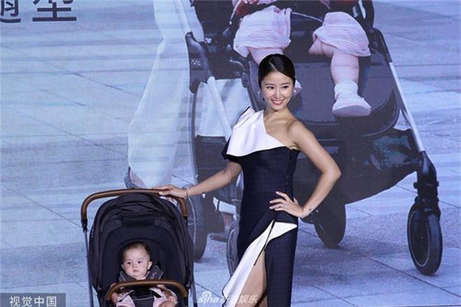 Lộ bụng lớn, Lâm Tâm Như vẫn gây sốt khi khoe chân sexy ngút ngàn, tiết lộ Hoắc Kiến Hoa sủng cô con gái rượu - Ảnh 4.