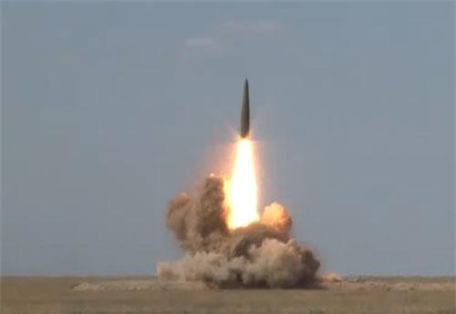 Tên lửa Iskander rời bệ phóng (Ảnh: Sputnik)