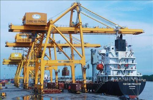 Vận chuyển container hàng hóa xuất khẩu lên tàu tại cảng Chùa Vẽ, Hải Phòng. Ảnh: Lâm Khánh/TTXVN