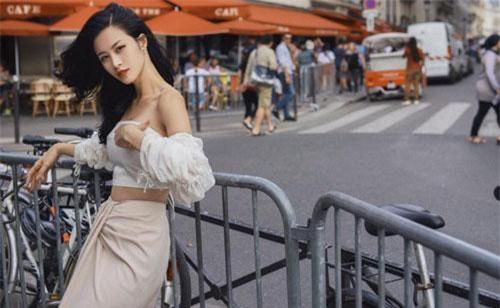 Sở hữu vòng eo thon săn chắc, Đông Nhi luôn chọn những thiết kế khoe trọn lợi thế của mình. Street style của cô ngập trần những thiết kế crop top, trễ vai tôn eo thon dáng chuẩn.