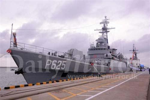 Hôm 22/8, Hải quân Sri Lanka tiến hành buổi lễ trang trọng chính thức biên chế tàu hộ vệ SLNS Parakramabahu (P625) tại quân cảng Colombo với sự tham gia của nhiều quan chức cấp cao chính phủ Sri Lanka và Trung Quốc cùng giới lãnh đạo quân đội. Ảnh: Daily Mirror