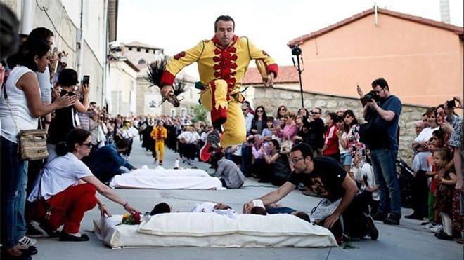 Lễ hội nhảy qua người em bé sơ sinh diễn ra ở nước Tây Ban Nha.