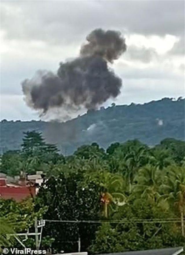 Khoảnh khắc máy bay cứu thương Philippines đâm vào khách sạn làm 9 người chết - 3