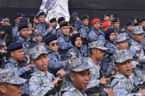 Mặc dù chỉ là năm lẻ, thế nhưng ngạc nhiên là Quân đội Malaysia động viên lực lượng cực kỳ hùng hậu gồm con người và binh khí kỹ thuật biểu dương sức mạnh lực lượng vũ trang. Ảnh: Dambiev