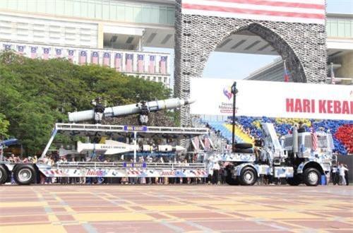 Tên lửa hành trình chống hạm MM40 Exocet (dưới) trang bị cho tàu mặt nước và SM39 Exocet (trên) trang bị cho tàu ngầm của Malaysia. Ảnh: Dambiev