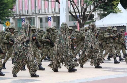 """Trong ảnh, các binh lính với đủ loại """"quân phục"""" duyệt binh ở Kuala Lumpur. Ảnh: dambiev"""