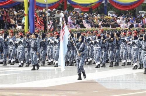 Với quân số thường trực hơn 110.000 người, Quân đội Malaysia chỉ xếp mức trung bình về số lượng binh sĩ nhưng lại đứng hàng top khu vực về trang thiết bị quân sự. Quốc gia này hiện sở hữu cực kỳ đa dạng các loại súng pháo, xe tăng, tàu chiến, máy bay tới từ nhiều quốc gia trên thế giới. Ảnh: Dambiev