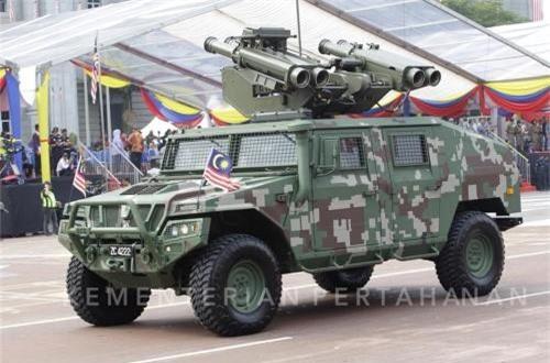 Xe thiết giáp hạng nhẹ URO VAMTAC (Tây Ban Nha sản xuất) tích hợp tháp pháo RAPIDRanger - trên đó tích hợp khí tài ngắm bắn - chỉ thị mục tiêu và 4 tên lửa phòng không Starstreak (Anh sản xuất) có tầm bắn từ 0,3-7km. Ảnh: dambiev