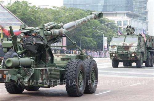 Pháo hạng nặng G5 155mm xe kéo (Nam Phi) và ngay phía sau là bệ phóng hệ thống pháo phản lực phóng loạt Astros II MLRS (Brazil). Ảnh: dambiev
