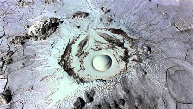 Ngọn núi lửa kỳ lạ giống hệt mắt người khổng lồ - 3