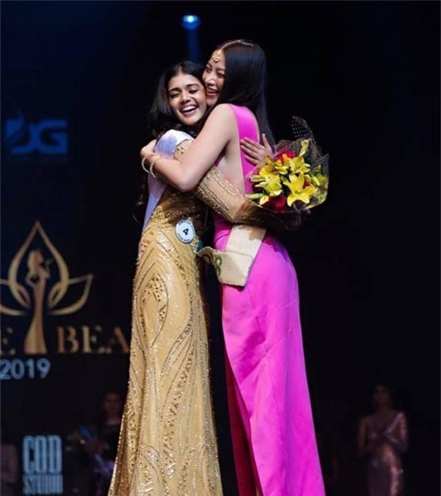 Phương Khánh trao vương miện cho Miss Earth India 2019 - Ảnh 1.
